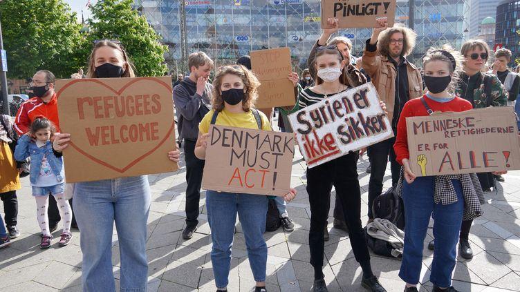 Une manifestation de soutien aux réfugiés à Copenhague (Danemark) le 19 mai 2021. (DAVUT COLAK / ANADOLU AGENCY / AFP)
