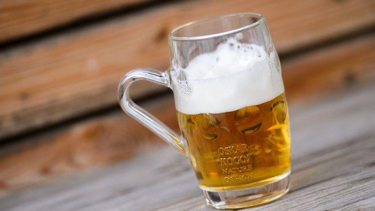 Une (et une seule !) chopede bièrepeut vous aider à mieux prononcer une langue étrangère, selon une étude publiée le 18 octobre 2017. (JURE MAKOVEC / AFP)