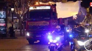 Un bateau transporté par camion traverse les Champs-Elysées (FRANCE 2)