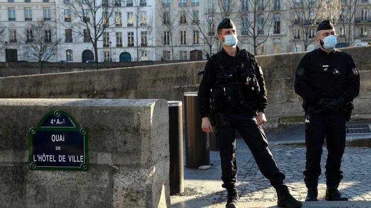 Des policiers bloquent l'accès aux quais de Seine le 6 mars 2021 à Paris, dans le cadre des mesures de lutte contre l'épidémie de Covid-19. (BERTRAND GUAY / AFP)