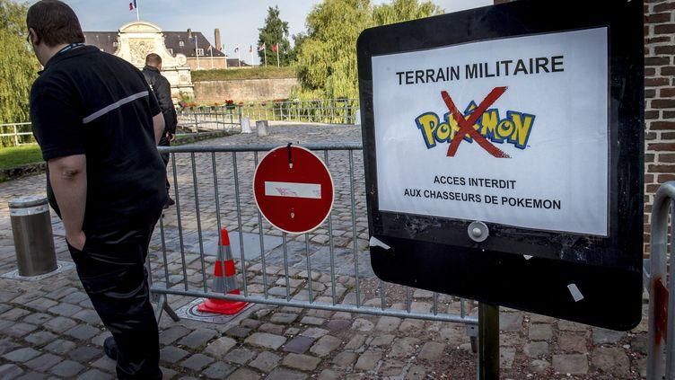 Un panneau annonce l'interdiction de jouer au jeu vidéo Pokémon Go dans le site militaire de la citadelle de Lille (Nord), le 16 août 2016. (PHILIPPE HUGUEN / AFP)