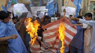 Des manifetants brûlent un drapeau américain à Quetta au Pakistan, le 20 sepetembre 2012. (BANARAS KHAN / AFP)
