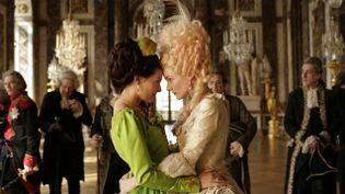 """La duchesse de Polignac (Virginie Ledoyen) et Marie-Antoinette (Diane Kruger), dans """"Les adieux à la reine"""", de Benoît Jacquot (2012). (AD VITAM)"""