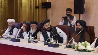 Des représentants des talibans lors de pourparlers avec le gouvernement afghan à Doha (Qatar) le 17 juillet 2021. (KARIM JAAFAR / AFP)