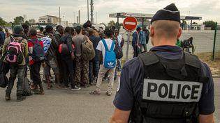"""Des migrants de la """"Jungle"""" à Calais, le 13 septembre 2016. (PHILIPPE HUGUEN / AFP)"""