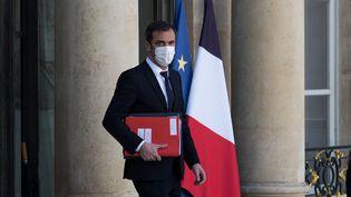Le ministre de la Santé, Olivier Véran, quitte l'Elysée à Paris, le 24 mars 2021. (ANDREA SAVORANI NERI / NURPHOTO / AFP)