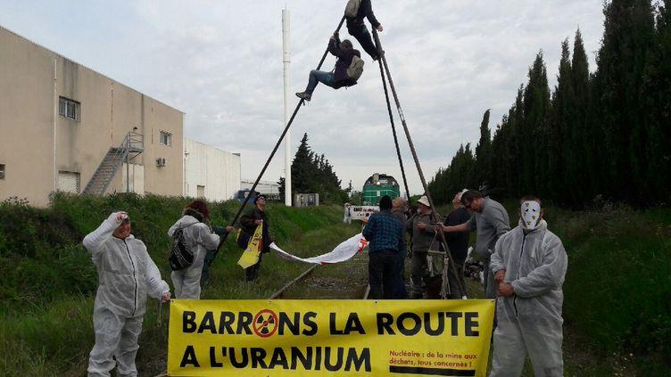 Des militants anti-nucléairede Drômeet d'Ardèchebloquent un train d'uranium à Narbonne à destination deTricastin, le 15 avril 2017. (Dominique Malvaud, militant Stop Nucléaire Drôme Ardèche)