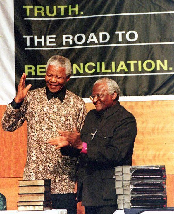 L'ancien président sud-africain Nelson Mandela et Mgr Desmond Tutu, alors président de la Commission vérité et réconciliation (TRC),lors de la remise du rapport de cette instance le 29 octobre 1998. (AFP - WALTER DHLADHLA)