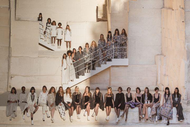Collection croisière de Chaneldans le centre d'art numérique des Baux-de-Provence, dans le sud de la France, le 4 mai 2021 (Chanel)