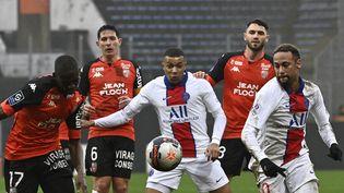 Kylian Mbappé et Neymar (PSG) entourés de trois joueurs de Lorient, le 31 janvier 2021. (DAMIEN MEYER / AFP)