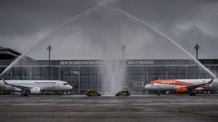 Sur le tarmac de l'aéroport de Berlin, en Allemagne, le 31 octobre 2020. (MICHAEL KAPPELER / DPA / AFP)