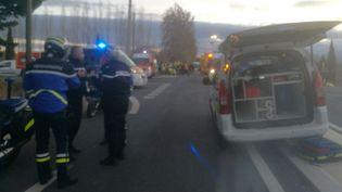 Les secours à Millas (Pyrénées-Orientales) sur le lieu de la collision entre un bus et un train. (MATTHIEU FERI / RADIO FRANCE)