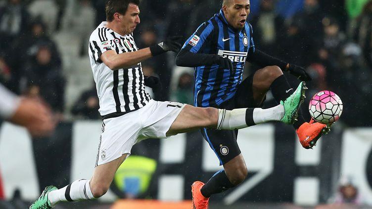 Mario Mandzukic (Juventus) à la lutte avec Juan Jesus (Inter Milan)