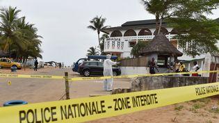 Un enquêteur de la police devant l'hôtel Etoile, dans la station balnéaire de Grand-Bassam (Côte d'Ivoire), le 14 mars 2016. (ISSOUF SANOGO / AFP)