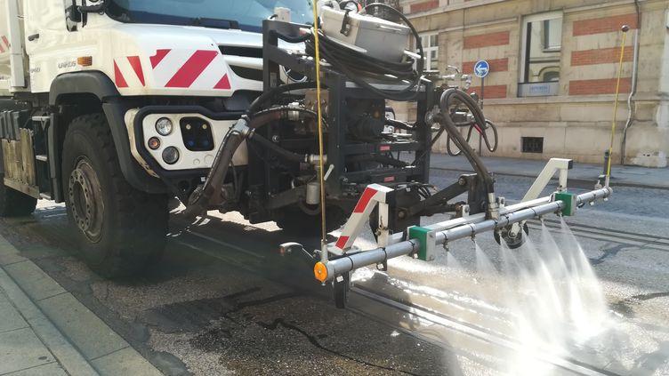 A Nancy (Meurthe-et-Moselle),les services de la Métropole du Grand Nancy arrosent les rails et la chaussée du tramway pour faire face à l'épisode de canicule, en juillet 2018. (CÉDRIC LIETO / FRANCE-BLEU SUD LORRAINE)