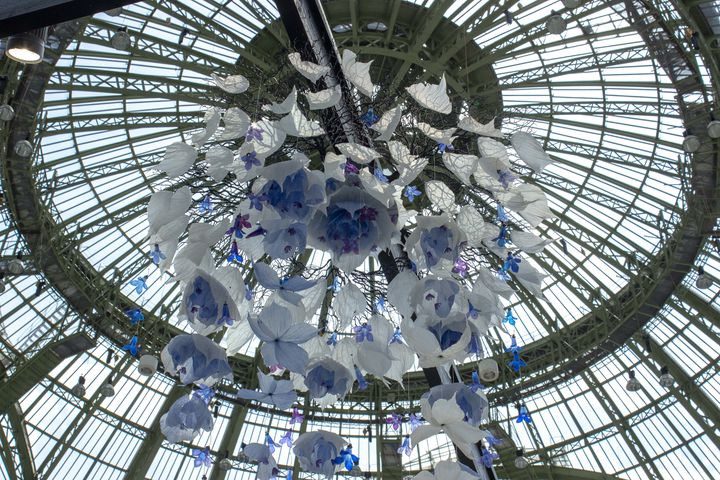 Suspension florale réalisée par William Amor pour le stand des Ateliers de Paris dans le cadre du salon Révélations à Paris en mai 2019 (WILLIAM AMOR)