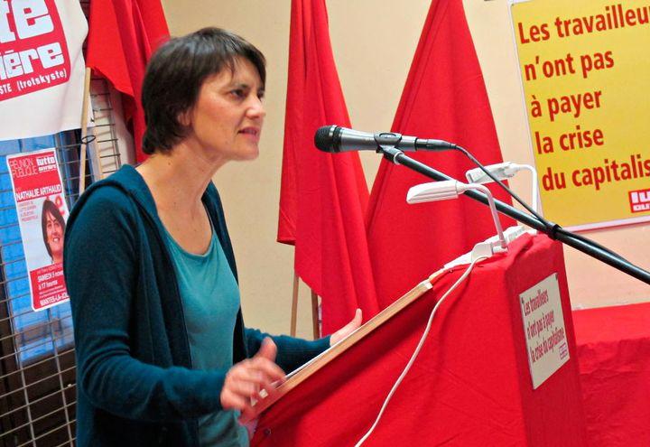 """Nathalie Arthaud fustige le """"capitalisme des patrons voyous"""" à Mantes-la-Jolie. (Salomé Legrand / FTVi)"""