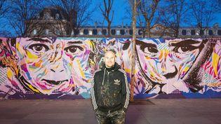 L'artiste Jo Di Bona devant sa fresque en hommage aux réfugiés syriens, place de la République à Paris le 16 février 2016.  (Mateo Vitale/Photo PQR Le Parisien / MaxPPP)