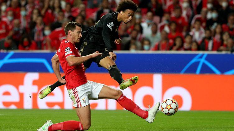 Tacle de Jan Vertonghen face à Leroy Sané entre le Benfica Lisbonne et le Bayern Munich le 20 octobre 2021 au Stade de Luz. (PEDRO FIUZA / AFP)