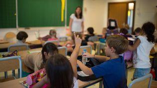 Une enseignante fait cours dans une classe de Paris, le 3 septembre 2013. (photo d'illustration) (MARTIN BUREAU / AFP)