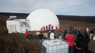 Le 13 juin 2015, à Hawaï, devant le dôme où vont vivre le Français Cyprien Verseux et cinq autres scientifiques pendant un an. (RYAN OGLIORE/ AP / SIPA)