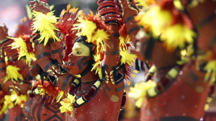 Un Carioca danse lors du défilé des écoles de Samba, le 15 février 2015 à Rio de Janeiro (Brésil). (PILAR OLIVARES / REUTERS)