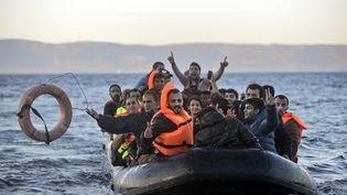 Des migrants arrivent sur l'île de Lesbos, le 12 novembre 2015. (BULENT KILIC / AFP)