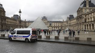 Un fourgon de police stationné devant la pyramide du Louvre, à Paris, samedi 4 février 2017. (JACQUES DEMARTHON / AFP)