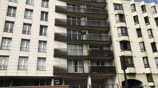 Un enfant suspendu dans le vide, au quatrième étage de cet immeuble du 18e arrondissement de Paris, a été sauvéle 26 mai 2018. (BERTRAND GUAY / AFP)