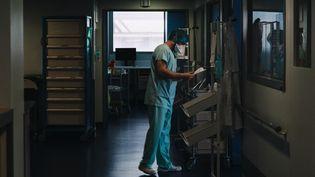 Le service de réanimation du Nouvel Hôpital civil de Strasbourg (Bas-Rhin), le 1er avril 2021. (ABDESSLAM MIRDASS / HANS LUCAS / AFP)