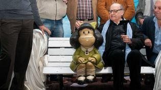 Joaquin Salvador Lavado, dit Quino, à côté de son personnage, Mafalda, à Buenos Aires (Argentine), le 29 septembre 2014. (PATRICIO MURPHY / BRAZIL PHOTO PRESS / AFP)