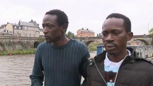 Abdoulaye et Aboubacar, deux migrants guinéens, ont sauvé un homme de la noyade à Mayenne (Mayenne), samedi 12 octobre. (France 2)