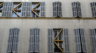 Un immeuble aux fenêtres condamnées, à Marseille (Bouches-du-Rhône), le 23 février 2021. (NICOLAS TUCAT / AFP)