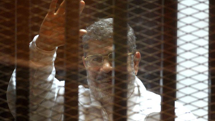 L'ancien président égyptien Mohamed Morsi durant son procès au Caire (Egypte), le 15 février 2015. (AHMED OMAR / ANADOLU AGENCY / AFP)
