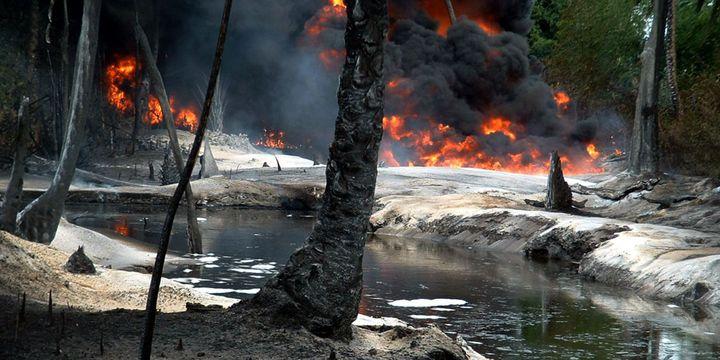 Explosion de pipelines dans le village de Goi-Bodo le 12 Octobre 2004. les installations auraient été sabotées par des voleurs, selon la compagnie Shell (Photo Reuters)