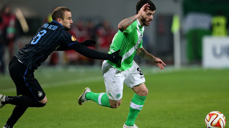 Vieirinha (Wolfsbourg) et Palacio (Inter Milan) à la lutte (RONNY HARTMANN / AFP)