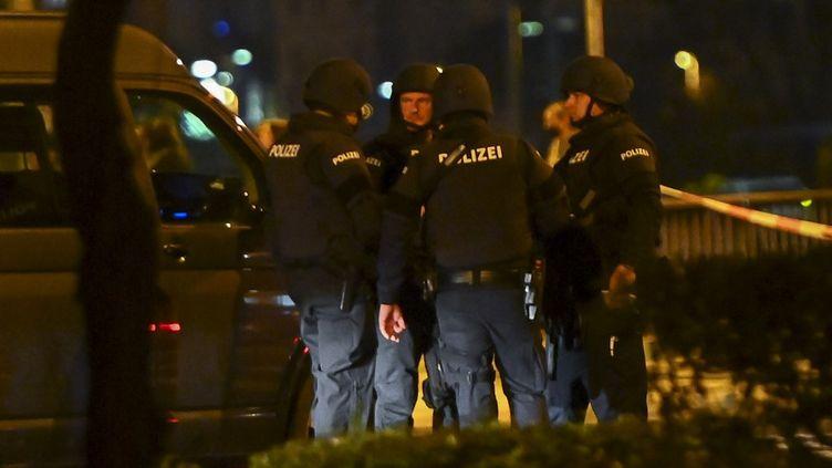 Des policiers près du lieu où l'attentat terroriste est survenu, à Vienne (Autriche), le 2 novembre 2020. (JOE KLAMAR / AFP)
