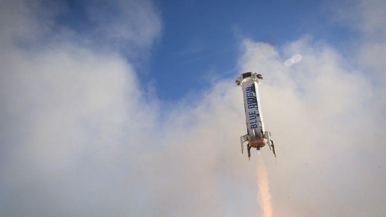 La fusée deBlue Origin après son décollage, le 2 avril 2016, près de Van Horn, au Texas (Etats-Unis). (BLUE ORIGIN / AFP)