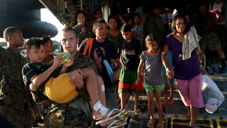 Des soldats américains évacuent des blessés, le 12 novembre 2013 à Manille (Philippines). (JAY DIRECTO / AFP)
