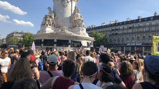 Des centaines de personnes rassemblées place de la République à Paris contre les féminicides, le 6 juillet 2019. (AMIBATA NIAKATE / TWITTER)