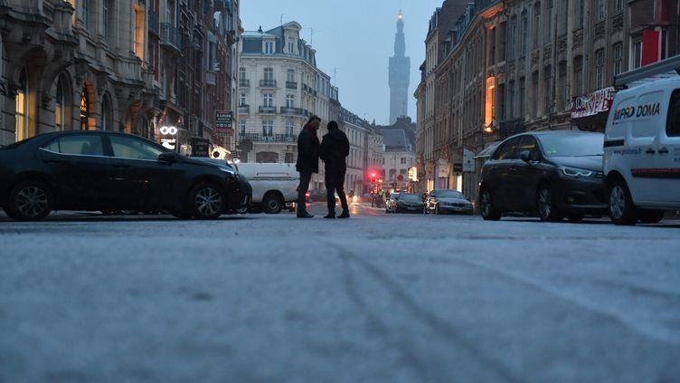 La neige arrive à Lille (Nord), le mardi 22 janvier 2019. (PHILIPPE PAUCHET / MAXPPP)