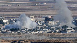Vue de la ville deRas al-Aïn, en Syrie, lors de l'offensive turque. (OZAN KOSE / AFP)