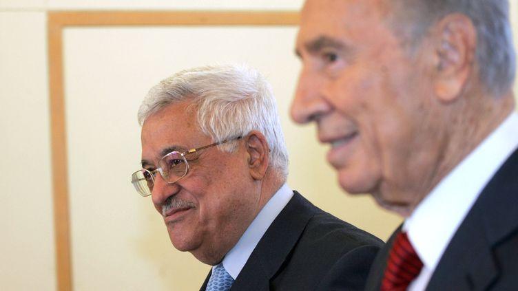 La président palestinien, Mahmoud Abbas, et le président israélien, Shimon Peres, le 22 juillet 2008, à Jérusalem. (GALI TIBBON / AFP)