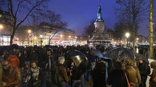 """Des manifestants participent à l'opération """"Nuit Debout"""" place de la République à Paris, le 2 avril 2016. (DOMINIQUE FAGET / AFP)"""