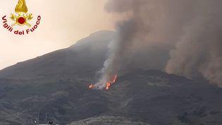 Un feu de broussailles s'est déclaré après une éruption sur un flanc du volcan Stromboli, en Italie, le 28 août 2019. (VIGILI DEL FUOCO / AFP)