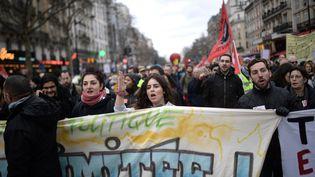 Des personnes manifestent lors d'une dixième journée de mobilisation interprofessionnelle contre la réforme des retraites à Paris, le 20 février 2020. (MARTIN BUREAU / AFP)
