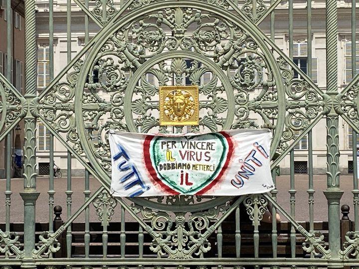 Turin, ville très touchée par l'épidémie de coronavirus, en porte encore les stigmates et affiche toujours des messages de soutien. (FANNY LECHEVESTRIER / RADIO FRANCE)