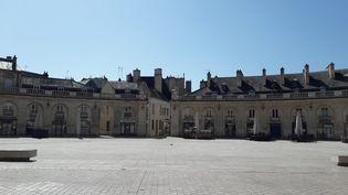 La place de la Libération en plein confinement à Dijon (Côte d'Or), le 6 avril 2020. (STÉPHANIE PERENON / FRANCE-BLEU BOURGOGNE)