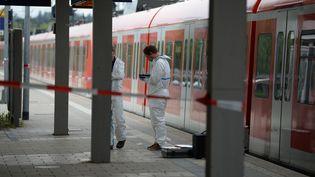 Les enquêteurs de la police allemande se tiennent sur le quai où un homme a tué une personne à coup de couteauet en a blessé trois autres à Grafing, près de Munich, en Allemagne, le 1er mai 2016. (ANDREAS GEBERT / DPA/AFP)
