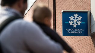 Devant la Caisse d'allocations familiales de Tourcoing (Nord), le 30 septembre 2014. (PHILIPPE HUGUEN / AFP)